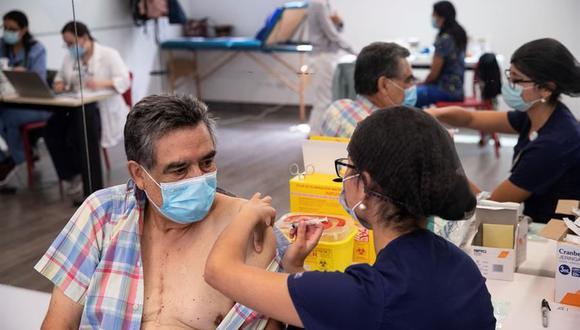 Una enfermera le administra una vacuna contra el coronavirus del laboratorio chino Sinovac a una persona en un centro de Salud de Santiago de Chile. (Foto: EFE).