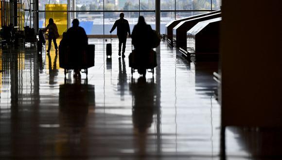 Los viajeros caminan en la Terminal 4 del aeropuerto Adolfo Suárez Barajas en Madrid (España), el 23 de marzo de 2021. (GABRIEL BOUYS / AFP).