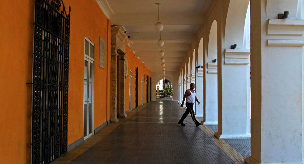Un hombre es visto caminando en una desolada Cartagena (Colombia). Duque declaró la emergencia sanitaria hasta el 30 de mayo. (EFE/ Ricardo Maldonado Rozo).