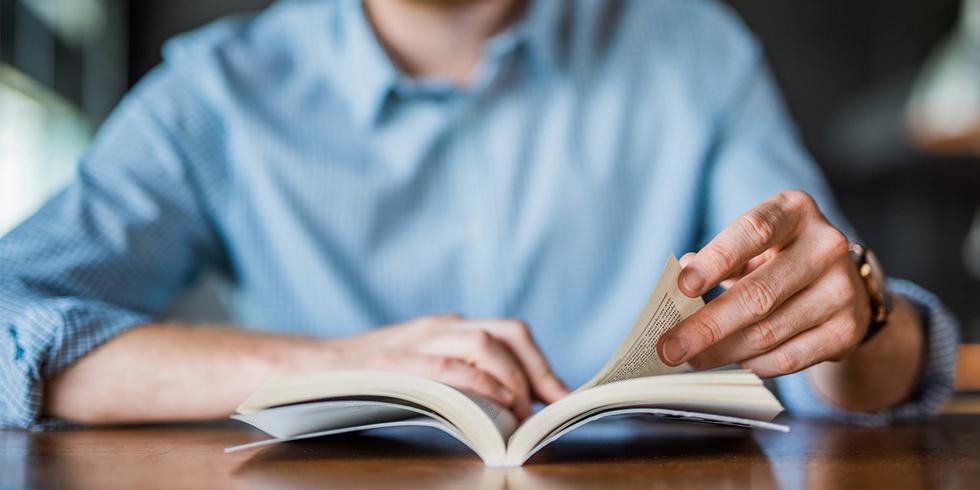 1. Lee todos los días. La mente es como un músculo: entre más la usas más fuerte se vuelve. Leer es un elemento importante para desarrollar tu mente, así como una de las formas más básicas para obtener información y seguir aprendiendo. (Foto: iStock)