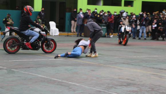 En esta imagen la demostración de un robo de celular con arrastre y la rápida acción de los agentes. (Foto: PNP)