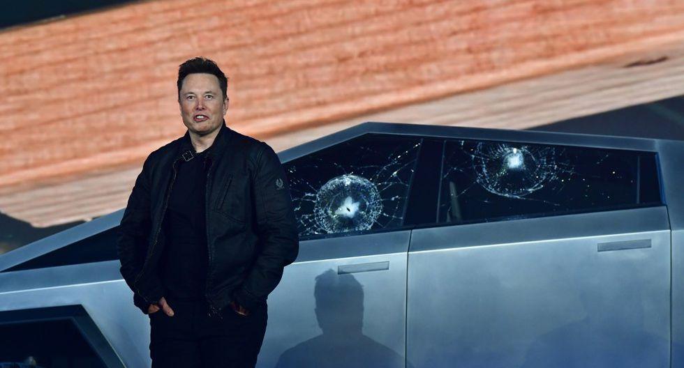 Elon Musk con las ventanas rotas del Tesla Cybertruck. (Foto: AFP)