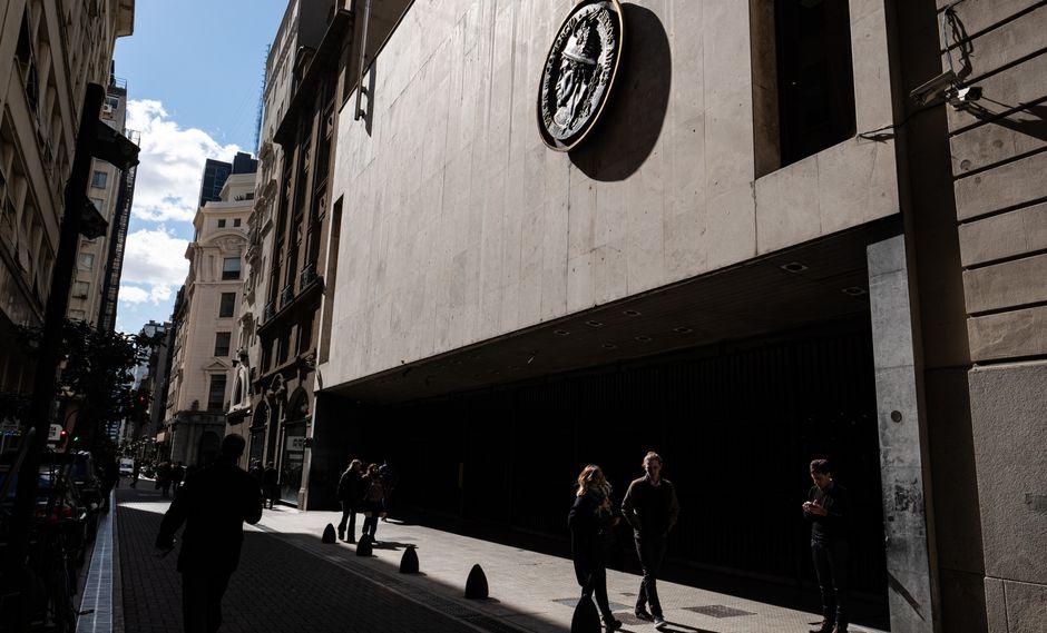 Los bonos argentinos a un siglo, entre los más negociados, bajaron el martes a 38.4 centavos por dólar.
