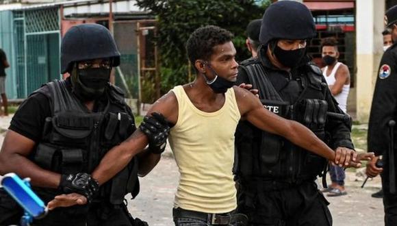 Denuncian también la detención de personas identificadas en los vídeos de las protestas publicados en redes sociales, mientras madres y familiares deambulan por los centros de detención recabando información sobre ellos. (Foto: Getty Images)