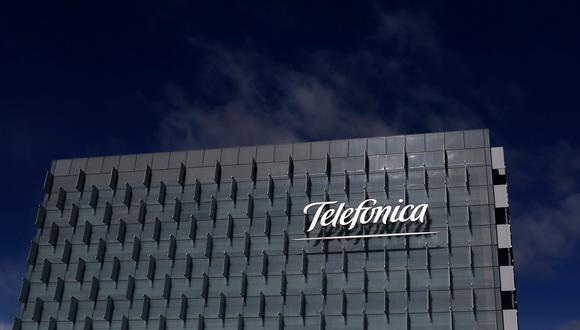 FILE PHOTO: The logo of Spain's Telefonica is seen on its headquarters outside Madrid, February 25, 2015. REUTERS/Juan Medina/File Photo