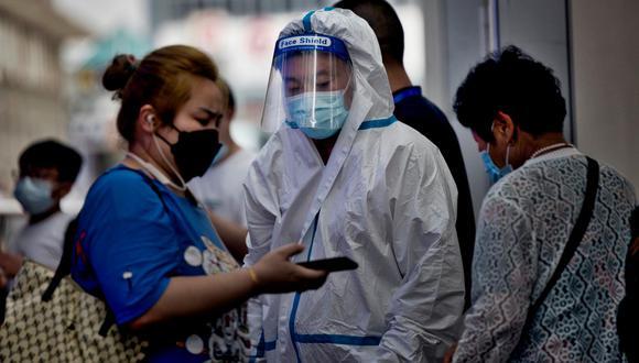 Funcionarios locales en Nanjing dicen que siete de los infectados se encuentran en condiciones críticas. El nuevo auge de casos ha generado especulación en las redes sociales del país sobre si las vacunas chinas son efectivas contra la variante delta. (Foto: EFE).