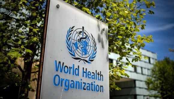 Una fotografía tomada el 8 de mayo de 2021 muestra un letrero de la Organización Mundial de la Salud (OMS) en la entrada de su sede en Ginebra en medio del brote de coronavirus Covid-19. (Foto de Fabrice COFFRINI / AFP)