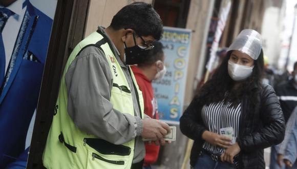 En el mercado paralelo o casas de cambio de Lima, el tipo de cambio se cotiza a S/ 3.865 la compra y S/ 3.910 la venta de cada billete verde. (Foto: Cesar Campos / GEC)
