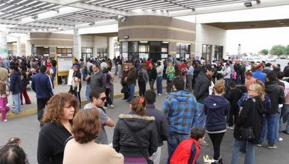 Chilenos se concentran en complejo fronterizo para retornar a su país.