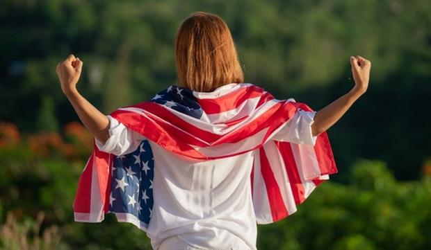 A woman with the American flag on her back is very happy and proud to live in a North American country (Photo: Freebick)