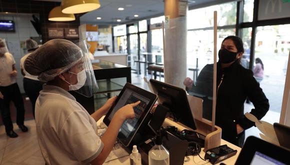 Clientes y colaboradores en restaurantes. (Foto: Hugo Pérez / GEC)