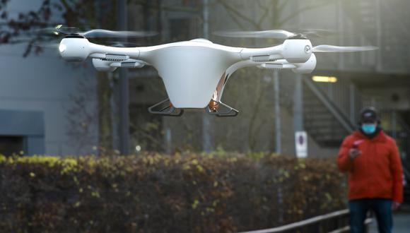 Con el dron, el viaje entre los dos puntos es de aproximadamente 11 kilómetros (7 millas) y los expertos aspiran a reducir el tiempo que dura el envío. (AP)