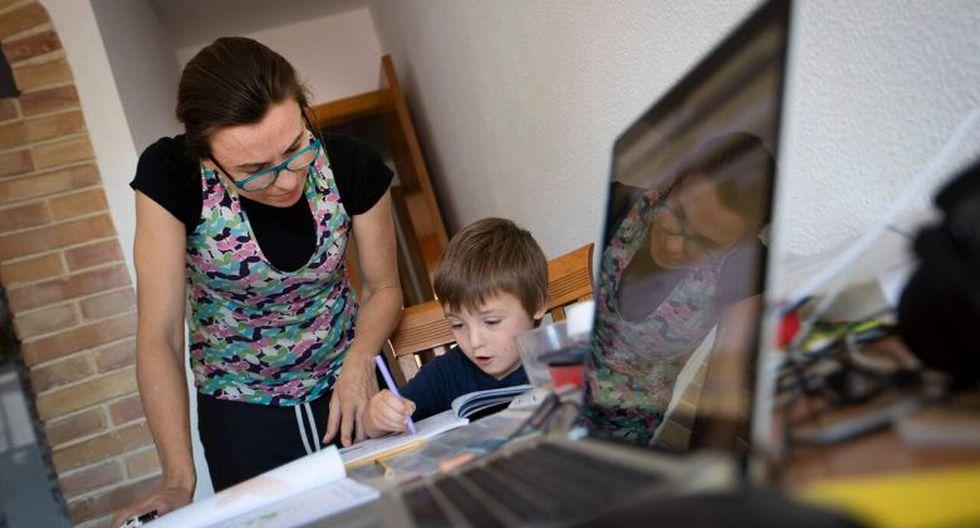 Las mujeres ahora informan que realizan un total de 65 horas por semana en tareas domésticas y cuidado de niños; los hombres reportan un total de 50.