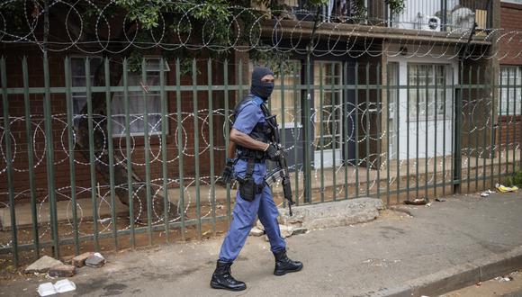 Policía de Sudáfrica dispara balas de goma para hacer respetar la cuarentena. (Foto: AFP)