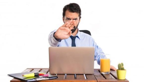 Un empleado puede ser bueno en su trabajo, pero su mal comportamiento o estar opinando constantemente de una mala manera, puede tener un impacto devastador en la moral de los empleados. (Foto: Freepik)