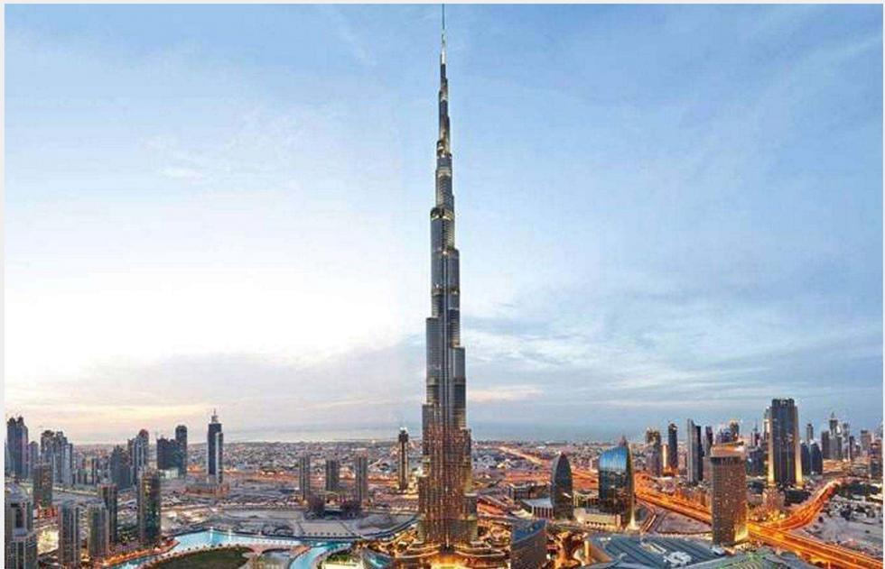 FOTO 1 | BURJ KHALIFA, DUBÁI: 1,7 MIL MILLONES DE DÓLARES. Con una altura de 2.722 pies (830 metros) de altura, el Burj Khalifa de Dubái es la estructura más alta del planeta, pero ni siquiera es el edificio más caro de Dubái. Terminado en 2009 a un costo de 1.5 mil millones de dólares (£1.1 mil millones), Burj Khalifa es solo el trigésimo edificio más caro del mundo.