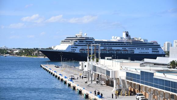 El crucero Zaandaam arribó a un puerto en Florida y primero descendieron los pasajeros que requieren atención médica. (Foto: AFP)