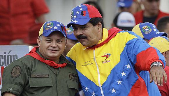 Maduro junto a Diosdado Cabello en el acto en Caracas. (AP)