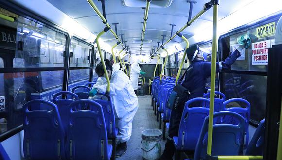 En algunos casos el personal contratado no realizaba la limpieza completa de los buses.  (Foto: Contraloría General)