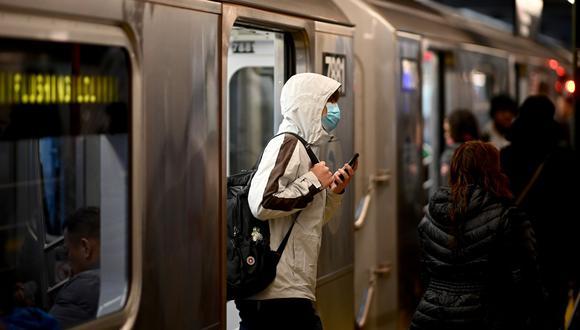 La orden no se aplica a niños menores de 2 años, camiones comerciales y transporte militar. Los viajeros no tienen que usar máscaras mientras comen o beben brevemente, según los CDC. (Johannes EISELE / AFP).
