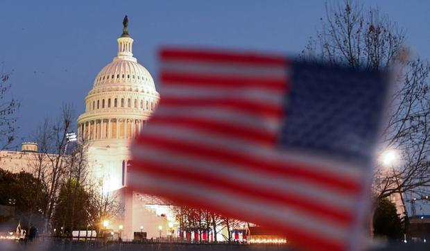 To qualify and opt for the 2023 Visa Lottery, you must register correctly on the enabled page.  In the picture, American flags can be seen near the Capitol building in Washington (photo: Roberto Schmidt / AFP)