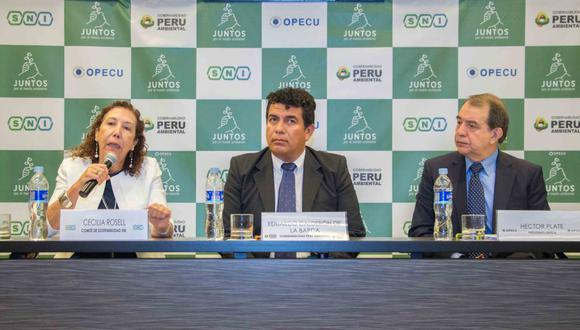 """Cecilia Rosell de la SNI, Eduardo Calderón de la Barca de Gobernabilidad Perú Ambientel, y Héctor Plate de Opecu, detallan la campaña """"Juntos por el Medio Ambiente"""". (Foto: Difusión)"""