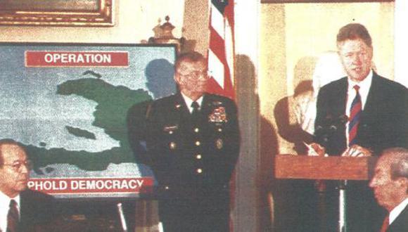 El presidente Bill Clinton explicó ayer la situación en que se encuentra Haití luego de la ocupación norteamericana. Lo observan algunos miembros de su gabinete y el comandante John Shalikashvili. (Foto AFP)