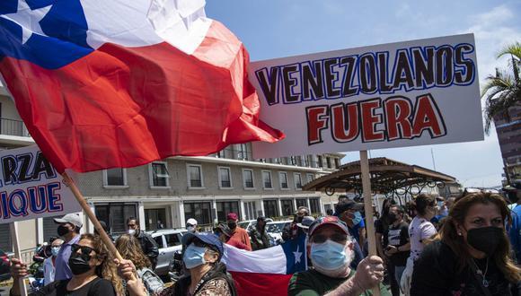 """""""El discurso xenófobo, asimilando migración a delincuencia, que por desgracia se ha ido volviendo cada vez más frecuente en Chile, alimenta esta clase de barbarismo"""", expresó el representante de la ONU, Felipe Gonzáles. (Foto de Martin Bernetti / AFP)."""