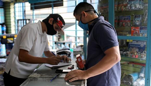 FOTO DE ARCHIVO. El profesor de educación física de la escuela estatal Víctor Carrillo compra útiles en una tienda en Caracas, Venezuela. 19 de noviembre de 2020. REUTERS/Manaure Quintero
