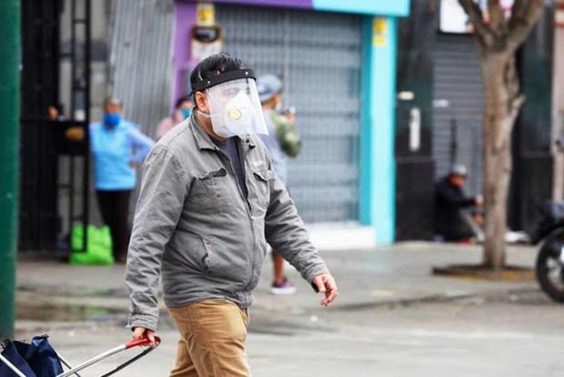 Con el objetivo de prevenir nuevos contagios de COVID-19 en el país, el Gobierno dispuso la medida del uso de doble mascarilla. (Foto: Andina)