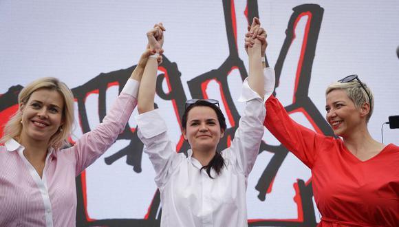 Svetlana Tijanóvskaya (centro), María Kolésnikova (lado derecho) y Veronika Tsepkalo (lado izquierdo). (Foto: AP)