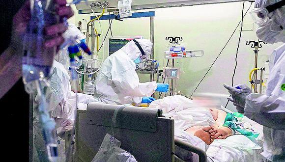Se estima que más de 700 están actualmente en los hospitales y clínicas, y de este grupo de profesionales, alrededor de 200 médicos intensivistas no pueden hacerlo por ser mayores de 60 años o por presentar alguna comorbilidad.