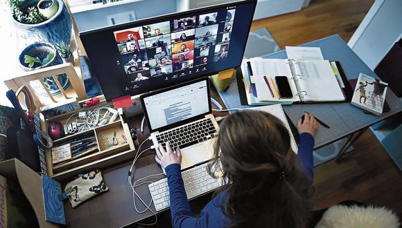 Evite. Es mejor no hacer actividades simultáneamente como contestar el correo o responder chats porque lo agotará más y restará su concentración. (Foto: AFP / Olivier Douliery)