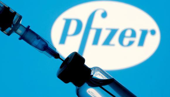 Pfizer ha dicho que la eficacia de su vacuna disminuye con el tiempo y que una tercera dosis mostró anticuerpos neutralizantes significativamente más altos contra el virus SARS-CoV-2 inicial, así como contra las variantes Beta y Delta. REUTERS