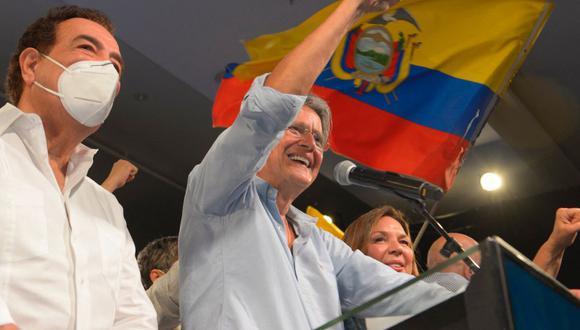 El candidato presidencial ecuatoriano Guillermo Lasso celebra su victoria tras conocer los resultados preliminares de la segunda vuelta electoral. (Foto de Fernando Méndez / AFP).