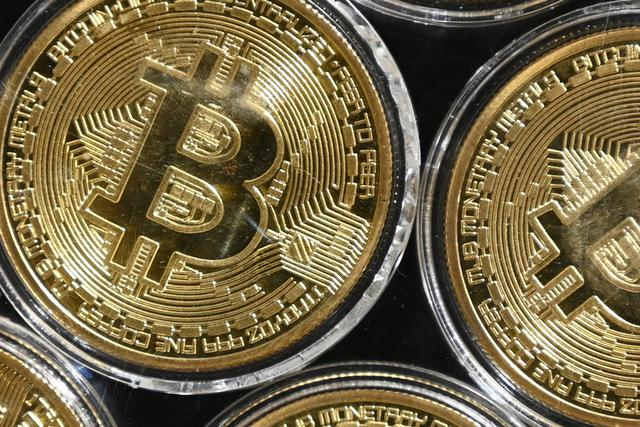 It uses a work proof system to prevent double spending and counterfeiting (so that the same bitcoin is not spent multiple times or arbitrarily invented).  (Photo: Ozan Kose / AFP)