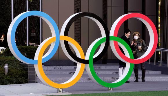 Dos mujeres, una de ellas protegida con mascarilla, conversan junto a la sede de los Juegos Olímpicos, este jueves, cerca del Estadio Olímpico de Tokio, donde está prevista la ceremonia de apertura. Los preparativos para los Juegos Olímpicos de Verano de Tokio 2020, programados para celebrarse el 24 de julio, continúan a pesar de la expansión del coronavirus COVID-19. EFE/Kimimasa Mayama