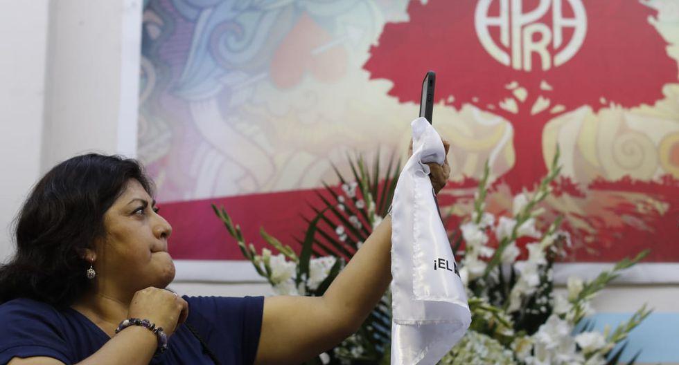 Con banderolas, pañuelos, flores y demás homenajes, los visitantes expresaron sus condolencias a la familia de Alan García. (Foto: César Campos / GEC)