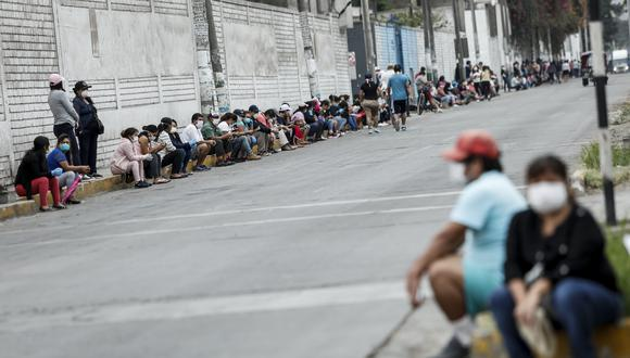 Decenas de ciudadanos hacen cola para cobrar el Bono de S/ 380 otorgado por el gobierno. (Foto: GEC)