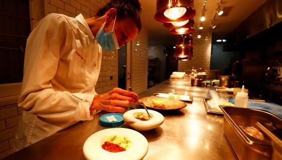 Alrededor de 300,000 restaurantes y bares, establecimientos de gran arraigo en la cultura del país, se han visto afectados por las restricciones y un tercio de ellos podría quebrar en el primer trimestre del 2021, lo que supondría la pérdida de hasta 1.1 millones de empleos directos e indirectos, según la patronal del sector Hostelería de España. (Foto: REUTERS/Sergio Pérez)