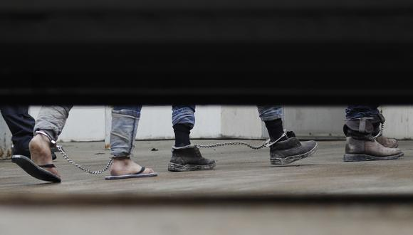 Inmigrantes en Estados Unidos caminan en cadenas a la corte federal en donde tendrán su audiencia. (Foto: AP)
