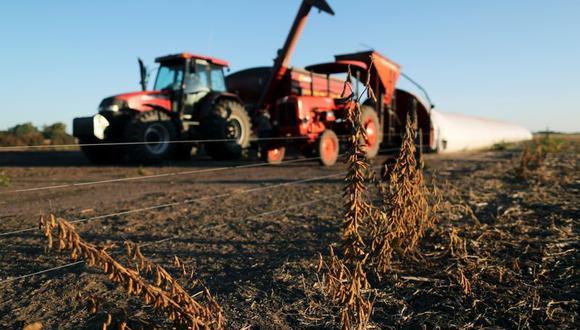 Plantas de soja se ven frente a un camión que descarga soja en silo bolsa en una granja en Chivilcoy, en las afueras de Buenos Aires, Argentina. Abril 8, 2020.  REUTERS/Agustin Marcarian