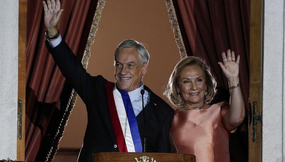 El presidente de Chile, Sebastián Piñera, y su esposa, Cecilia Morel, derecha, pronuncian el primer discurso en el palacio presidencial La Moneda, en Santiago, Chile, el domingo 11 de marzo de 2018. (Foto AP / Luis Hidalgo)