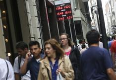 """Argentinos comienzan a pasar sus ahorros de los bancos """"al colchón"""""""