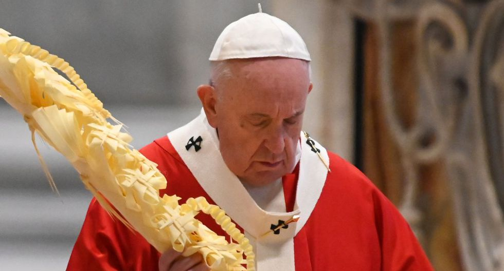 Pope Francis gathers his thoughts while holding a palm branch as he celebrates Palm Sunday mass behind closed doors at St. Peter's Basilica on April 5, 2020 in The Vatican, during the lockdown aimed at curbing the spread of the COVID-19 infection, caused by the novel coronavirus. (Photo by Alberto PIZZOLI / POOL / AFP)
