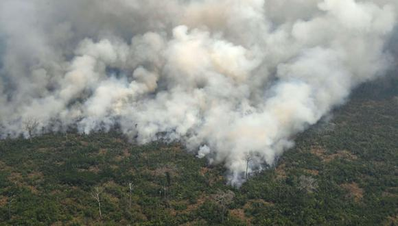 Imagen aérea que muestra el humo provocado por un incendio en la selva amazónica, a 65 km de Porto Velho, en el estado de Rondonia, norte de Brasil. (Foto: AFP)