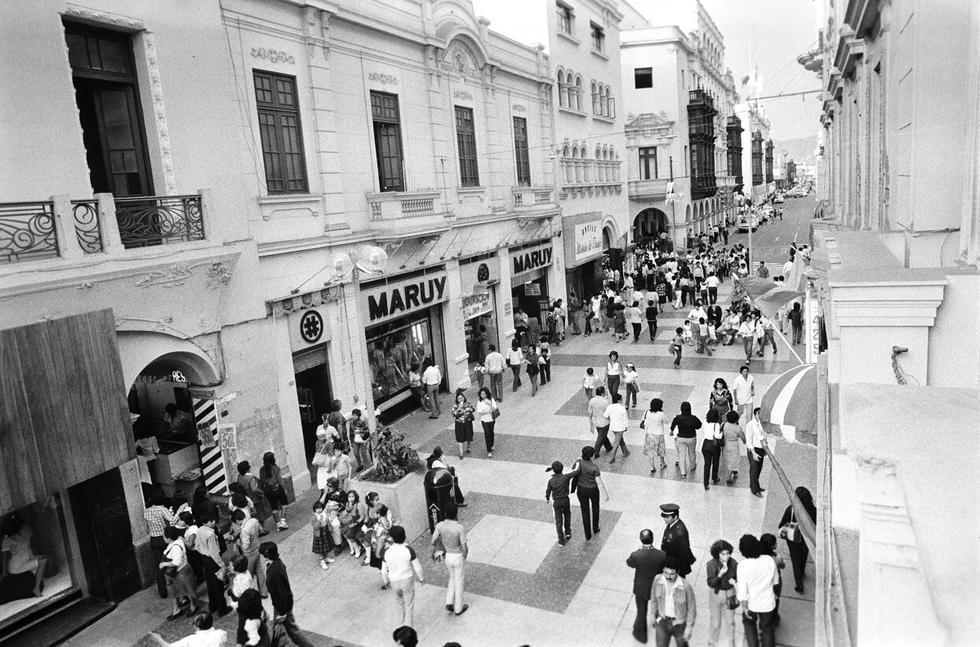 """La emblemática calle Jirón de la Unión, ubicada en el Damero de Pizarro, no deja de cambiar con el paso de los años, conocida alguna vez como """"la más aristocrática"""" de Lima pasó por unos de deterioro, aunque con la recuperación del Centro Histórico mantiene hoy el perfil de una vía netamente comercial y turística. La imagen, captada en 1982, muestra el predominio de tiendas de ropa en el Jirón de la Unión. (Foto: Archivo Histórico / GEC)"""