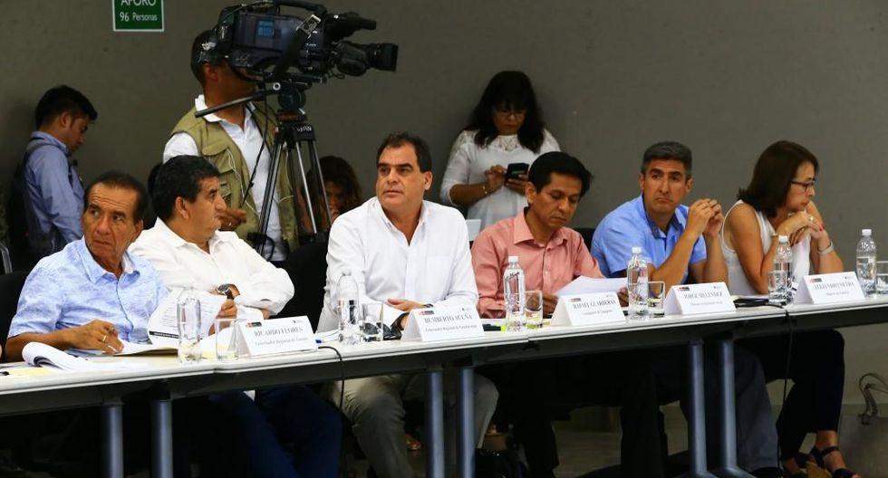 """""""Entre el 2018 y el 2020, se proyecta invertir S/ 5,889.3 millones en la ejecución de 421 obras en 13 regiones"""", dijo el viceministro Guarderas (al centro de la foto). (Foto:Difusión)"""