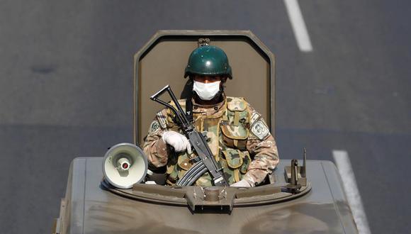 Militares patrullan las calles de lima durante el Estado de Emergencia por el Covid-19. (Foto: EFE)