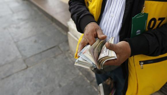 En el mercado paralelo o casas de cambio de Lima, el tipo de cambio se cotizaba a S/ 3.680 la compra y S/ 3.735 la venta de cada billete verde. (Foto: Anthony Niño de Guzman / GEC)